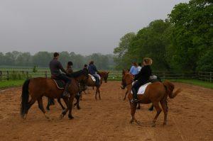 Cours d'équitation dans la carrière de dressage des Ecuries des Grainvilleries en Normandie
