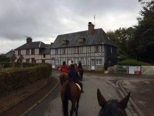 Ecurie les Grainvilleries : balade à cheval en Normandie, passage dans Bourgeauville